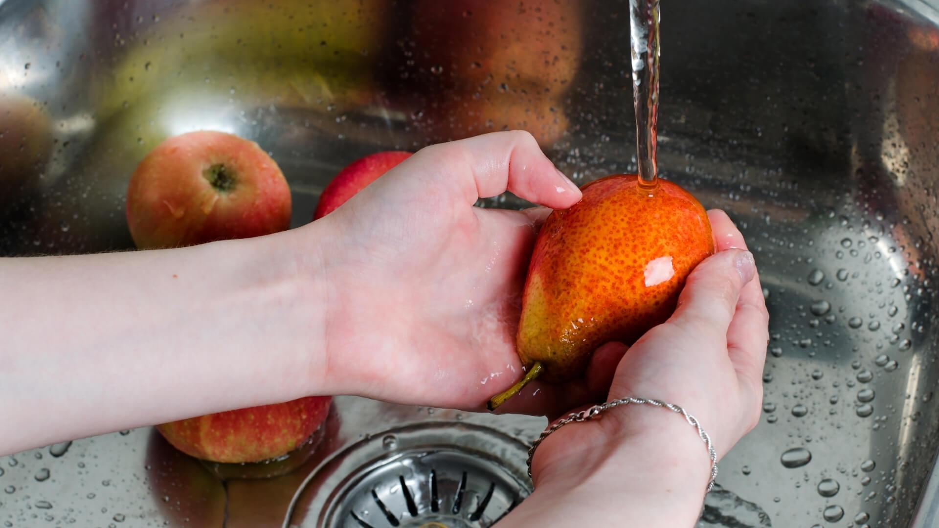 lavare la frutta e le pere per eliminare pesticidi e batteri